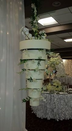 Chandelier cake white wedding Beautiful Cakes, Amazing Cakes, Chandelier Cake, Ladder Decor, Planter Pots, Birthday Cake, Floral Designs, Teenagers, Candies