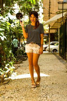 carla-lemos-look-short-estampa-rio-camiseta-listrada-flatform-4366-web A outfit by Carla Lemos, from the brazilian fashion blog Modices