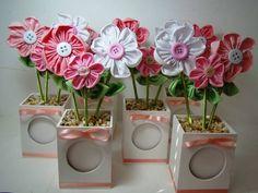 Linda Lembrancinha com porta retrato. Vasinho em MDF com flores em fuxico. Tempo de producao a combinar. Quantidade minina: 20 peças. R$ 17,07