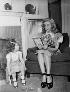 1947 Norma Jean advertising model by Dave Cicero. ------Marilyn Monroe then called Norma Jean poses for a publicity in 1947 with twins, the children of the producer of the advertising campaign under the lens of photographer Dave Cicero. Marylin Monroe, Joven Marilyn Monroe, Fotos Marilyn Monroe, Young Marilyn Monroe, Baby Sitting, Pin Up, Brigitte Bardot, Spice Girls, Meryl Streep