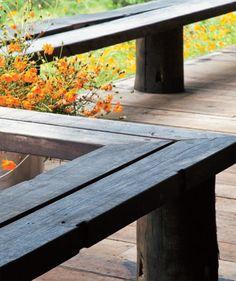 Para proteger a varanda, elevada a 2 m de altura para vencer o aclive do terreno, um banco de itaúba maciça (35 cm de largura e 45 cm de altura) serve de guarda-corpo.