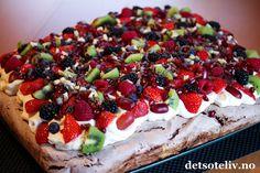 Sjokoladepavlova i langpanne | Det søte liv Norwegian Food, Pavlova, Let Them Eat Cake, I Love Food, Yummy Cakes, Cravings, Cake Recipes, Food And Drink, Sweets