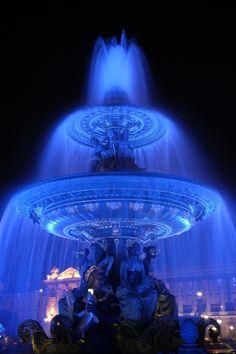 Blue fountain in The Place de la Concorde, one of the major public squares in Paris, France. Concorde, Belle Villa, Paris Ville, Famous Places, City Lights, Belle Photo, Monuments, Electric Blue, My Favorite Color