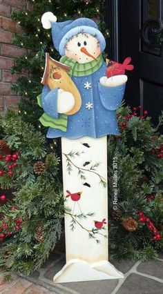 tall snowman with carinals Christmas Wood Crafts, Christmas Snowman, Christmas Projects, Winter Christmas, Holiday Crafts, Christmas Ornaments, Decorative Painting Projects, Tole Decorative Paintings, Tole Painting