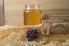 Miele, frutta e pane... niente di meglio di una buona colazione prima di affrontare le piste del Parco Nazionale dello Stelvio! #ristorantealbergovedig #food #miele #honey #smile #love