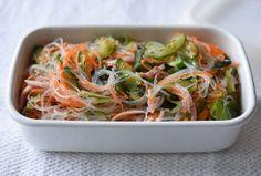 いちばん丁寧な和食レシピサイト、白ごはん.comの『春雨サラダの作り方』を紹介しているレシピページです。春雨に合わせる具材は、きゅうりやにんじん、わかめやハムといった定番のもの。きゅうりとにんじんを塩もみすることがポイントになります。