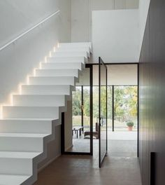 At Genico you can order a Corian® staircase in a variety of designs, including floating, block or straight. Looking for a modern Corian® staircase for your interior? Staircase Interior Design, Modern Staircase, Home Interior Design, Interior Architecture, Stair Lighting, Pivot Doors, House Stairs, Modern Glass, Home Deco