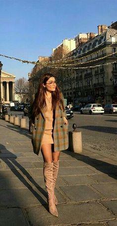 Turkish television actress and model Hande Erçel. Turkish Fashion, Turkish Beauty, Goth Women, Hande Ercel, Beautiful Girl Image, Brunette Beauty, Woman Crush, Street Style, Actresses