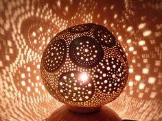 La première d'une série de lampes créées lors de mon récent séjour au Togo. La calebasse vient de là-bas ainsi que le socle également fabriqué à partir d'un morceau de ca - 14081393