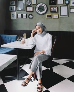 Ideas Fashion Hijab Style Watches For 2019 Casual Hijab Outfit, Ootd Hijab, Hijab Chic, Muslim Fashion, Modest Fashion, Chic Outfits, Fashion Outfits, Hijab Fashion Inspiration, Everyday Outfits