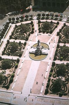 At La Plaza de Oriente, we can enjoy the gardens and rest a few minutes before we continue our walk.