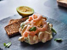 Rejesalat med avokado. Denne lækre rejesalat er super nem at lave, og den inderholder blandt andet rejer, avokado og grønne asparges, Rejesalaten er perfekt på frokostbordet, men vil også vække lykke som hapsere på ristet brød, når du har gæster. Tjen opskriften ud på bloggen. :-) #rejesalat #rejer #frokost #frokostbord #lækkersalat Sandwich Toaster, Snacks, Bruschetta, Tapas, Shrimp, Buffet, Easy, Dinner, Ethnic Recipes