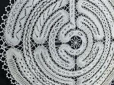 klöppeln - Google zoeken...   I'd love to have the pattern for this piece..  I traced it back to this site.. but I don't speak the language... :o( http://www.sonne-in-gasteig.de/detailbild_gross_9_2_Klöppeln.jpg