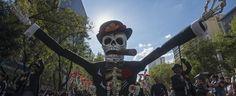 El primer desfile de Día de Muertos y Catrinas en la CDMX se convirtió en una fiesta en la que participaron miles de personas.