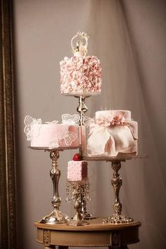 Ana Rosa such a cute idea,mini cakes,same color or coordinate colors,,have different flavors and different designs on each cake,that way,you don't have to have just one design,,,♥ #pinkweddingcakes
