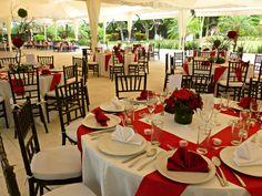 Montaje de boda en mesas redondas, sillas tiffany chocolate y tiras de gato color rojo Quinta Pavo Real del Rincón www.pavorealdelrincon.com.mx