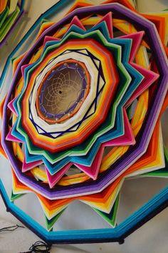Mandalas Ojos de Dios Eye Mandala, Mandala Drawing, Yarn Wall Hanging, Hanging Tapestry, Diy Arts And Crafts, Fun Crafts, Mandala Art Therapy, Gods Eye, Angel Crafts