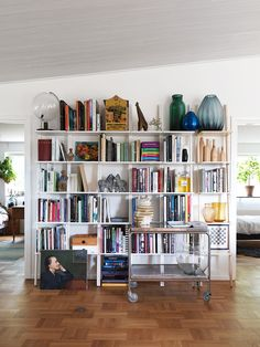You actually belong to those groups people who rarely worry about glamour as well as over-the-top designs for your house, then this is definitely your current cup of joe. See this content for 20 diy home decor ideas on budget. Living Room Decor, Living Spaces, White Bookshelves, Bookcases, White Wall Decor, Farmhouse Side Table, Cute Dorm Rooms, Farmhouse Homes, Farmhouse Design
