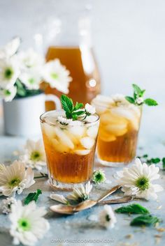 Herbal chrysanthemum tea is flowery and refreshing. This non-caffeinated Chinese sweet tea replenishes your energy throughout the day without the spikes and jitters from coffee. Healthy Detox, Healthy Drinks, Easy Detox, Tea Recipes, Cocktail Recipes, Detox Recipes, Juice Recipes, Beste Cocktails, Best Chinese Food