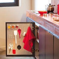 Découper une plaque (Castorama) galvanisée aux mesures de la porte, la visser, et utiliser des aimants pour fixer des objets.