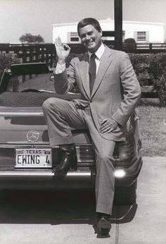 Ewing on the ranch wtih his Mercedes 450 SL. Lary Hagman, a laugh a minute Dallas (TV Series Dallas Series, Dallas Tv Show, I Dream Of Jeannie, Ford Capri, Classic Tv, Classic Cars, Mike Brant, Southfork Ranch, Mercedes Benz