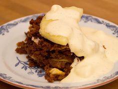 Storartad skånsk äppelkaka med vaniljsås | Recept.nu