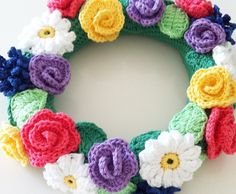 krans-midsommar-virka-virkat-blommor-blad-somrigt-pyssel-handarbete-restgarn
