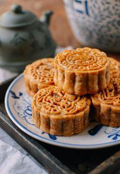 Ham and Nut Mooncake Recipe (Wu Ren Yue Bing) Mooncake Recipe, Cooking Chinese Food, Pumpkin Fudge, Moon Pies, Cupcake Tray, Pumpkin Smoothie, Berry Pie, Moon Cake, Food Staples