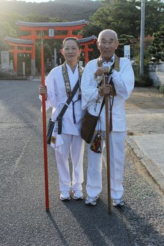 'Sendatsu' are experienced pilgrims who act as guides on the 88-temple pilgrimage of Shikoku. They're entitled to carry a red staff. #pilgrimage #ohenro #sendatsu