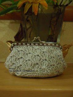 Rendas da Mãe: Bolsa porta moedas em croche Monogram, Michael Kors, Pattern, Bags, Fuzzy Slippers, Tricot, Handbags, Patterns, Monograms