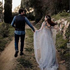 Un si joli couple qui casse quelque peu les codes du mariage tout en blanc... J'adore cette robe de mariée tout simplement magique