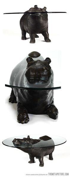 Hippo Table / Transparência Sensorial / A mesa reproduz a transparência da água dando a impressão que o animal esta submerso.