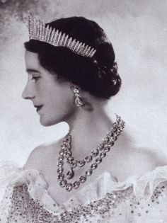 Queen Elizabeth the Queen Mother wearing a fringe tiara and Queen Victoria'a necklaces and earrings.