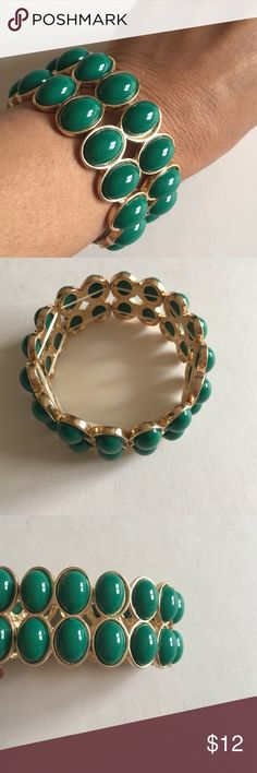 🎉New Listing🎉 Green & Gold Bracelet This bracelet is a great accessory for your green blouses.  The bracelet stretches for the perfect fit for your arm. Jewelry Bracelets
