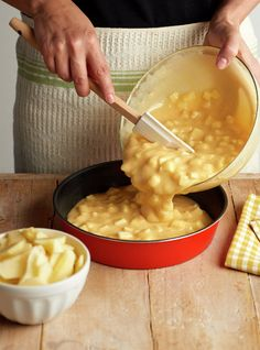 paso_a_paso_para_realizar_tarta_de_manzana_con_natillas_verter_en_el_molde_la_mezcla Apple Recipes, Fall Recipes, Sweet Recipes, Easy Cooking, Cooking Recipes, Delicious Desserts, Yummy Food, Almond Cakes, Eat Dessert First