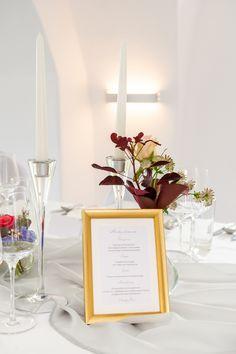 Auch Kleine Vasen Mit Zierlichen Blumen Schmucken Die Tafel Bei Der