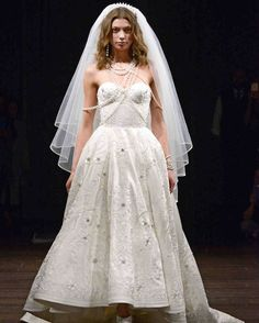 Naeem Khan Spring 2018 Bridal Fashion Show - Love this hi-lo ball gown wedding dress with sweetheart neckline, elaborate beading and crewel embroidery embellishments and chapel train. Add a capelet/stole/wrap for a winter wedding. Naeem Khan Wedding Dresses, New Wedding Dresses, Bridal Dresses, Gown Wedding, Elie Saab Fall, Bridal Fashion Week, Spring Dresses, Bridal Style, Dress Collection
