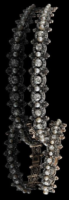 Two variable diamond bracelets, total weight ca.12,50 ct, rosé gold 750 and silver, set with old-cut diamonds and diamond rhombs, cultured pearls, to be worn in diverse ways: necklace de chien or hair ornament, off. French hallmark as of 1847, overall length: ca.34 cm, socket fastenings, 71,8 g