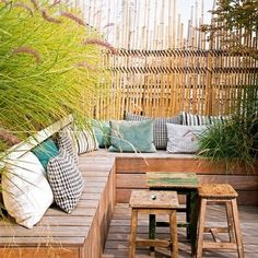 idee-amenagement-jardin-avec-un-banc-en-planchers-et-coussins-d-extérieur. Outdoor Seating, Outdoor Rooms, Outdoor Gardens, Outdoor Living, Outdoor Decor, Home Deco, Garden Furniture, Outdoor Furniture Sets, Rustic Furniture