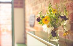 Обои картинки фото букет, цветы, гостиная, стены, окна