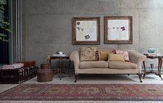 """O sofá de estilo francês, o baú, o tapete e as mesas eram da casa da mãe da moradora Viviana Ximenes. """"Como a casa tem uma pegada industrial bem forte, quebramos um pouco isso com móveis clássicos"""", conta"""