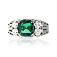 Spirituelle Energien in exklusivem Setting! Ein Ring zum Schwärmen! Etwas außergewöhnlich Anziehendes hat der sehr reine und in seiner Farbe überwältigendeSmaragd von 2,94 ct ist der Blickfang bei diesem aus 14 kt. Weißgold gefertigtem Ring. Neben dem #Smaragd thronen links und rechts je zwei Diamanten mit zusammen 0,64 ct über der doppelt gespaltenen Ringschiene. Der Smaragd wird diagonal von vier Krappen gehalten. #Diamanten #schmuck #vintage #secondhand #schmuckboerse