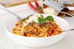 Tagliatelle med pikant tomatsaus Pasta Salad, Nom Nom, Food Porn, Ethnic Recipes, Summer, Crab Pasta Salad, Treats