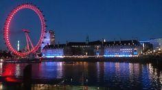 London Eye a noite- Londres/UK  . Depois da caminhada ao longo do Tâmisa curta o por do sol junto aos símbolos de Londres a London Eye o Big Ben e o Parlamento Westminister. Tudo fica iluminado e lindo.