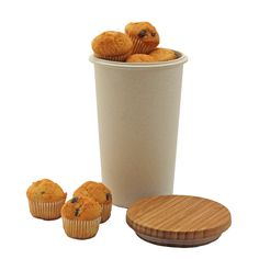 Aufbwahrungsbox-in-Natur-von-Zuperzozial. Die Marke kommt ohne Plastik aus (Silikon für Dichtgummis und Griffe) - die bunten Behälter bestehen aus Bambusfasern. Ich benutze sie als Refill-Becher für Kaffee (Büro! Mensa! at home...)