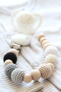 Neutral baby pacifier clip / Teething dummy holder / Crochet beads / Safe for teething - Baby Toys , Neutral baby pacifier clip / Teething dummy holder / Crochet beads / Safe for teething Neutrale Baby Schnuller Clip / von ZanesCrochetTreasure auf Ets. Teething Pacifier, Teething Beads, Pacifier Clips, Handgemachtes Baby, Baby Love, Diy Baby, Baby Blanket Crochet, Crochet Baby, Crafts