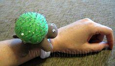 игольница черепашка на руке