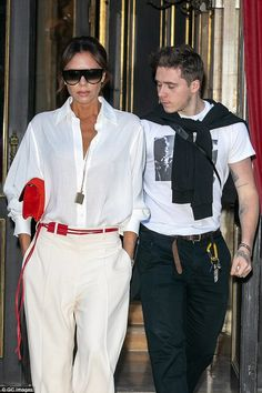 Victoria Beckham looks typically chic in a white blouse in Paris - Victoria Beckham looks chic in a white blouse as she and son Brooklyn continue Paris takeover Victoria Beckham Outfits, David And Victoria Beckham, Victoria Beckham Style, Victoria Beckham Fashion, Estilo Fashion, Look Fashion, Looks Chic, Casual Looks, Mode Outfits