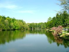The gorgous lake and surroundings of the University of #Richmond #UR