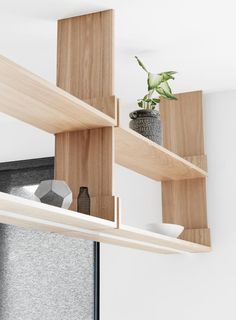 REPISAS COCINA Caulfield South Residence by Doherty Design Studio kitchen joinery detail. Floating Shelf Under Tv, Black Floating Shelves, Reclaimed Wood Floating Shelves, Floating Shelves Bedroom, Floating Shelves Kitchen, Hanging Shelves, Suspended Shelves, Timber Shelves, Glass Shelves